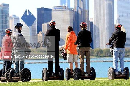 États-Unis, Illinois, Chicago, cavaliers sur un Segway, lac Michigan et bâtiments