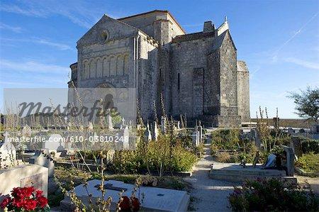 France, Poitou Charentes, Talmont sur Gironde, église de St Ragedonde, cimetière