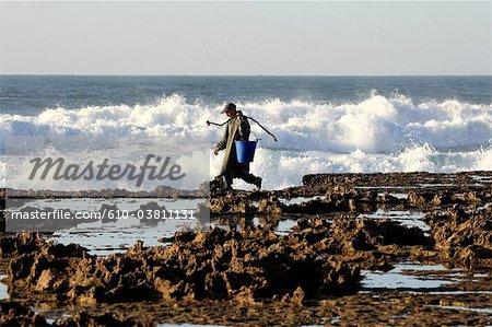 Maroc, Tiznit, Aglou plage, pêcheurs