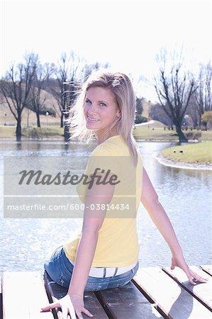 Femme sur le quai du lac