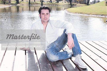 Homme sur les quais du lac
