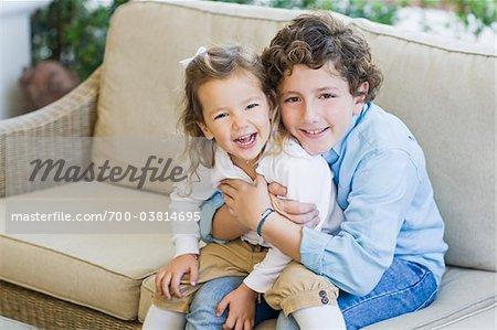 Bruder und Schwester auf Sofa