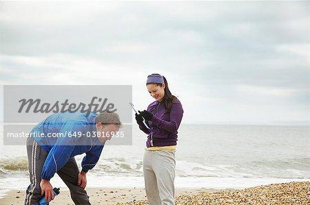 Instructeur de conditionnement physique avec un homme sur la plage