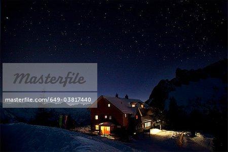 Berghütte in der Nacht