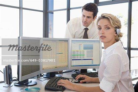 Buiness Mann und Frau am computer