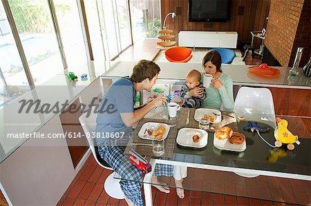 Famille manger petit déjeuner