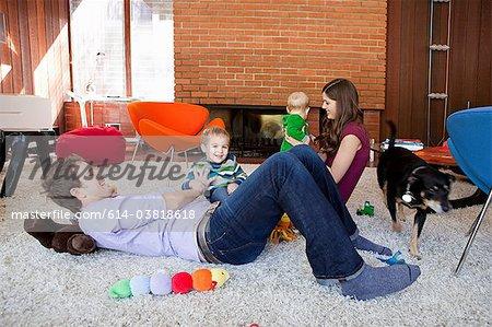 Famille jouant dans le salon