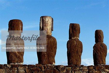 Quatre des quinze colossales statues en pierre ou moais de Tongariki vus de derrière. Les moaïs debout sur leur plate-forme ou ahu sur la côte orientale de l'île, au pied de la péninsule de Poike. Ahu Tongariki est la plus grande plate-forme de l'île à plus de 200 m de long et a la plupart IMAO.
