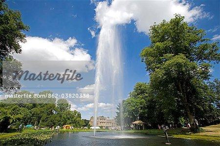 Angleterre, Dorset, Abbaye de Thorncombe.Forde fait partie de la frontière entre le Dorset et Somerset.The la fontaine du centenaire dans l'étang de la sirène est la plus haute fontaine alimenté en Angleterre et est visible depuis les trois comtés.