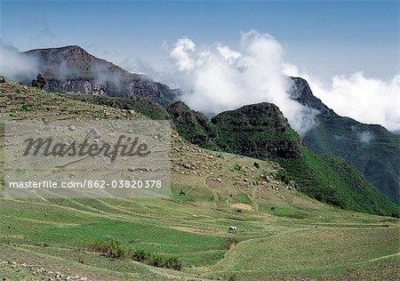 L'Ethiopie est un pays de vastes horizons et paysages spectaculaires. Les montagnes altérées dans les hauts plateaux éthiopiens pièce couche après couche de matériaux volcaniques, qui construit le plateau dans la plus grande région des hautes terres d'Afrique.L'agriculture constitue le fond de l'économie du pays avec 90 pour cent de sa population de gagner sa vie de la terre.