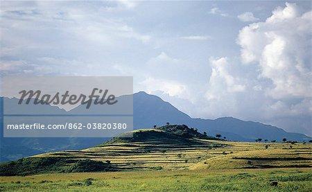L'Ethiopie est un pays de vastes horizons et paysages spectaculaires. Les montagnes altérées dans les hauts plateaux éthiopiens pièce couche après couche de matériaux volcaniques, qui construit le plateau dans la plus grande région des hautes terres d'Afrique.