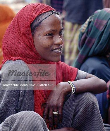 Une jolie femme au marché de Bati.Situé au sommet de l'escarpement ouest du Rift Abyssin, Bati est que le plus grand marché de plein air dans les Ethiopia.Nomads et leurs chameaux trek longues distances chaque semaine depuis la basse dures se trouvant déserts pour le troc avec les fermiers Amhara et Oromo vivant dans les hautes terres fertiles.