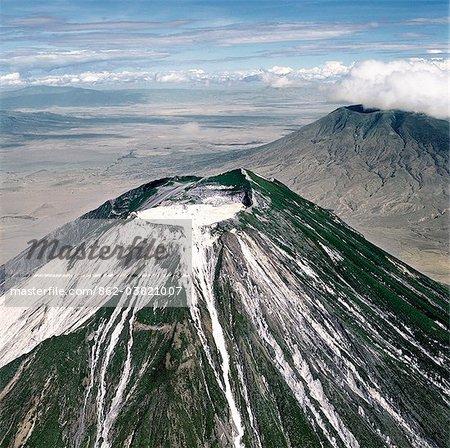 OL Doinyo Lengai, der Maasais Berg Gottes ist nur aktiven Vulkan in der Gregory Rift.An wichtig, dass der Abschnitt der östlichen Zweig im Great Rift Valley.It noch selten Karbonatit Laven, mündet die weißen Luftkontakt zu aktivieren.