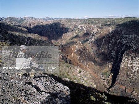 La partie supérieure de l'oued Diharo dans la région de Dixam les Haghir Mountains.The plus hauts sommets sont visibles au loin.Le terrain montagneux îles attire la pluie. Pendant la majeure partie de l'année, ces montagnes sont perdus dans les nuages et la brume résultant dans une végétation luxuriante et la croissance d'une variété d'espèces botaniques endémiques extraordinaires
