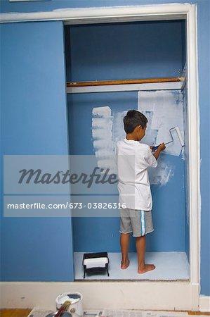 Junge Malerei Mauer in Schrank