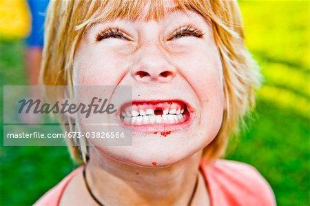 Junge Angeberei fehlende Zähne