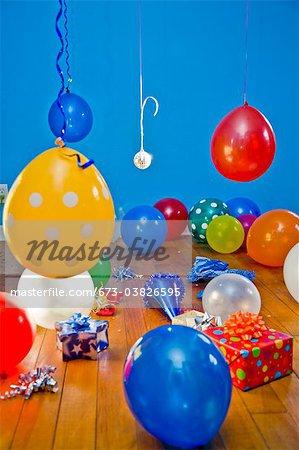 Zimmer voller Luftballons, Geschenke