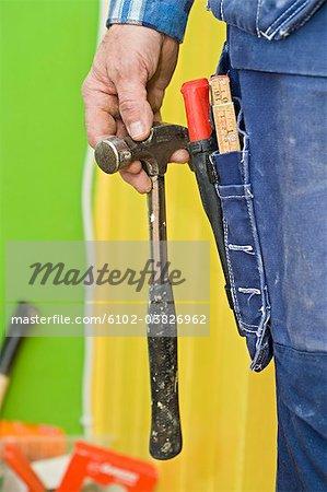 Un artisan tenant un marteau, close-up, Suède.