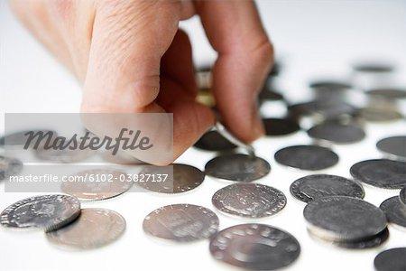 Ein Mann, der schwedische Münzen zählen.