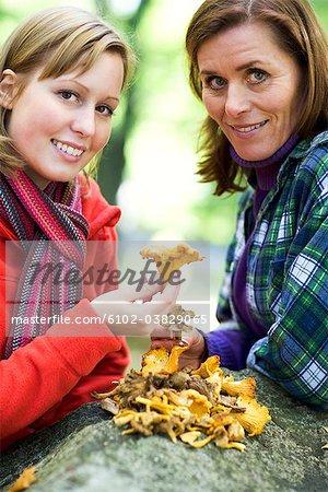 Mère, fille et champignons, Suède.