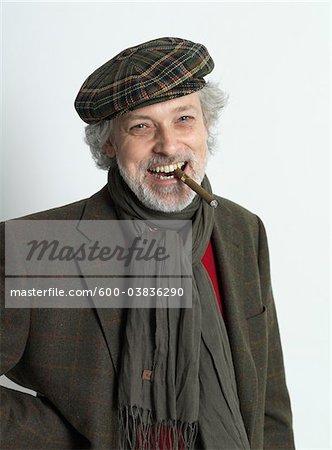 Portrait d'homme fumer cigare