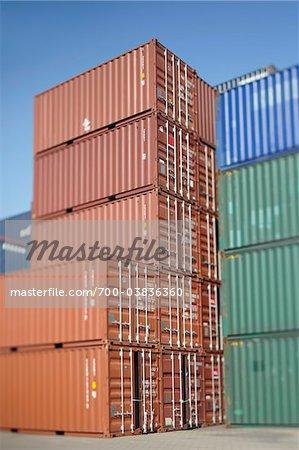 Conteneurs empilés à des chantiers navals
