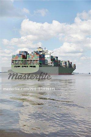 Navire de charge sur l'Elbe River, Hamburg, Allemagne