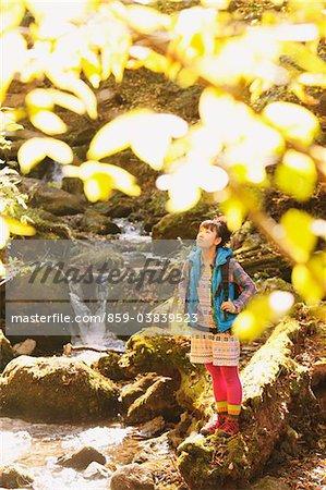 Jeune femme debout près des cours d'eau