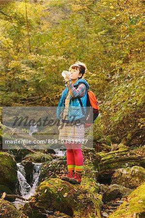 Weibliche Wanderer Trinkwasser während Wandern
