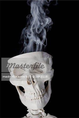 Ein Skelett mit Rauch, der aus seinen Schädel
