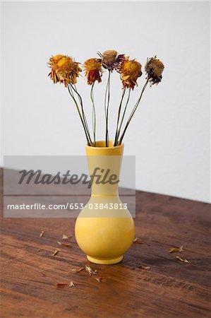 Un vase de fleurs séchées