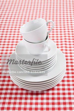 Une pile d'assiettes, soucoupes et tasses à café