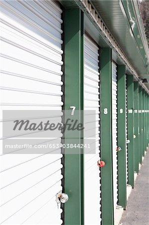 Une ligne d'unités de stockage verrouillé dans un établissement de libre entreposage