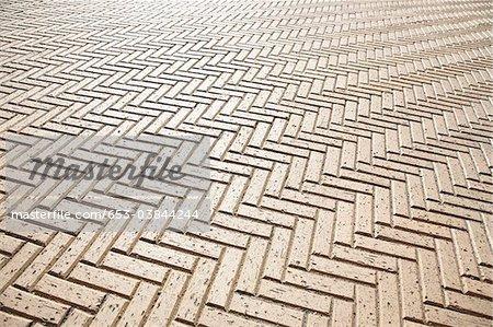 Un sol carrelé dans un motif en zigzag, plein cadre
