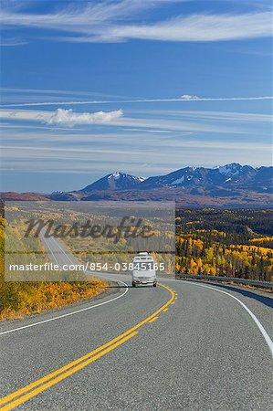 Vue panoramique sur la route de l'Alaska et le trafic entre Haines, en Alaska et de Haines Junction, Yukon territoire, Canada, automne