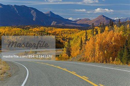 Vue panoramique sur la route de l'Alaska entre Haines, en Alaska et de Haines Junction, Yukon territoire, Canada, automne