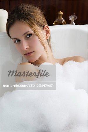 Femme se détendre dans le bain à bulles, portrait