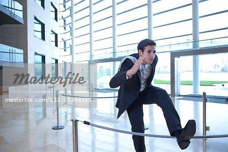Kaufmann Sprung über Seil in-lobby