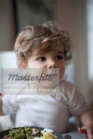 Kleinkind jungen mit Nahrung auf seinem Gesicht, Porträt