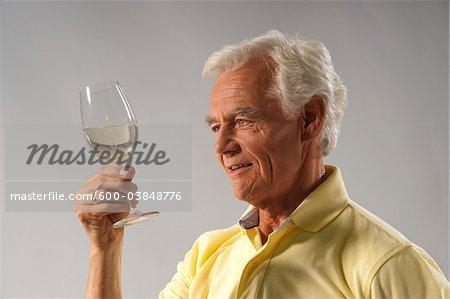 Man betrachtet man Wein im Glas