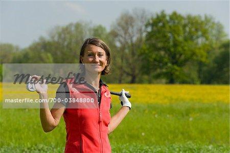 Porträt Frau hält Golf Club