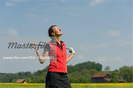Frau mit Golf Club in Sonne