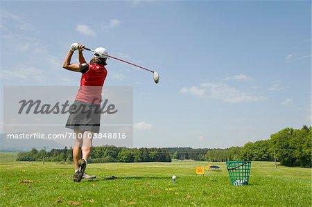 Frau am Golfübungsplatz