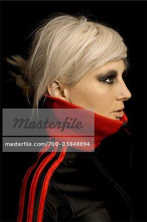 Porträt von blonde Frau trägt Hemd mit roten Kragen
