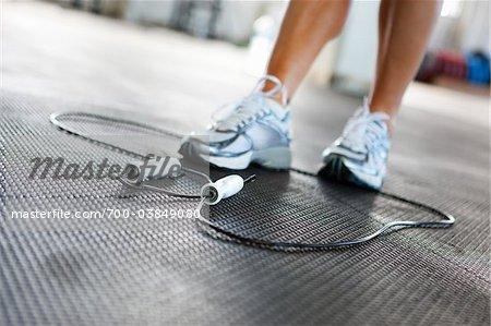 Femme avec corde à sauter dans la salle de Gym
