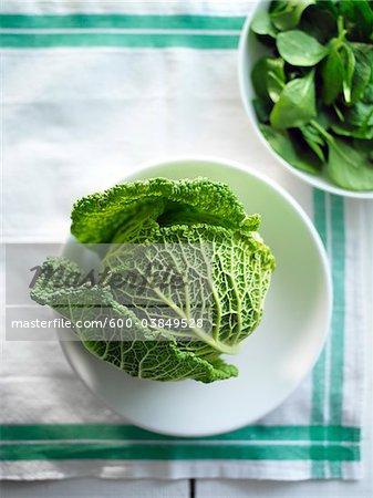 Grünkohl mit Schüssel mit Spinat