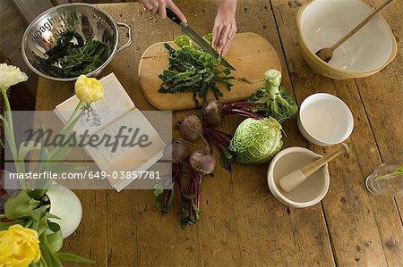 Femme, couper les légumes en cuisine