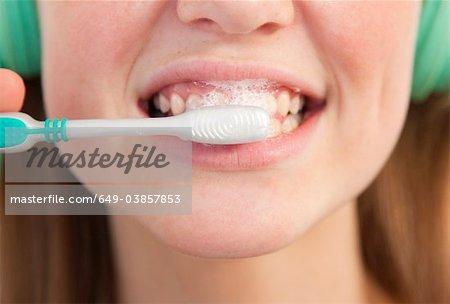 Gros plan de la jeune fille se brosser ses dents