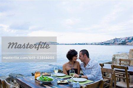 Couple manger au café du front de mer