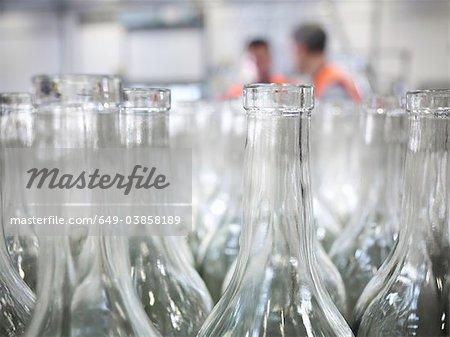 Nahaufnahme von leeren Flaschen im Werk